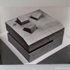Fotografía antigua: EDUARDO CHILLIDA: FOTOGRAFÍA DEL ESCULTOR H. GERBER, SELLOS, 1965. Lote 188506390