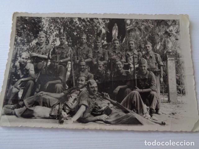 FOTO GRUPO DE MILITARES ESPAÑOLES A LA ENTRADA DE LA GRUTA DE LA VIRGEN DE LOURDES. (Fotografía - Artística)