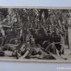 Fotografía antigua: FOTO GRUPO DE MILITARES ESPAÑOLES A LA ENTRADA DE LA GRUTA DE LA VIRGEN DE LOURDES.. Lote 218962870