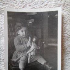 Fotografía antigua: NIÑA SENTADA CON MUÑECA AÑOS 40/50. Lote 219681590