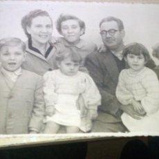 Fotografía antigua: FOTO FAMILIAR NUMEROSA AÑOS 50. Lote 219693932