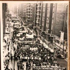Fotografía antigua: MANIFESTACIÓN POR LA CALLE AUTONOMÍA DE BILBAO A FINALES AÑOS 70. FOTOGRAFÍA EN B/N.. Lote 220124550