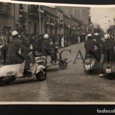 Fotografía antigua: FOTOGRAFIA ORIGINAL VESPA DESFILE VESPA GRANOLLERS 12X18 CMTS. Lote 221535087