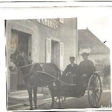 Fotografía antigua: ANTIGUA FOTO-POSTAL - DE SACERDONTE Y COCHERO EN CALESA . NUEVA. Lote 221660442