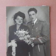 Fotografía antigua: ANTIGUA FOTOGRAFÍA BODA. NOVIOS. MILITAR. FOTO ARBONA. CEUTA. 1952. AÑOS 50. PAJE.. Lote 221691791