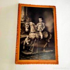 Fotografía antigua: FOTO PRINCIPIO S. XX. NIÑO EN CABALLO BALANCIN. 14 X 9 CMS. SOBRE CARTÓN. Lote 221700323
