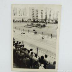 Fotografía antigua: LOTE DE 2 FOTOS DEL CANÓDROMO MERIDIANA DE BARCELONA, AÑOS 60 - 70, CARRERAS DE GALGOS. Lote 221702196