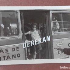 Fotografía antigua: ANTIGUA FOTOGRAFÍA NIÑA EN UN AUTOBUS. LABORATORIOS FOTOGRÁFICOS BARIEGO. MADRID. AÑOS 60. PAJE.. Lote 221702610