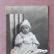Fotografía antigua: ANTIGUA FOTOGRAFÍA NIÑA. FOTO ARBONA. CEUTA. 1953. AÑOS 50. PAJE.. Lote 221703808