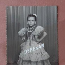 Fotografía antigua: ANTIGUA FOTOGRAFÍA POSTAL NIÑA. FOTO ARBONA. CEUTA. 1957. AÑOS 50. PAJE.. Lote 221704081