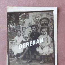Fotografía antigua: ANTIGUA FOTOGRAFÍA MUJER CON NIÑAS. BANCO CERÁMICA. PASEO DEL PARQUE DE MÁLAGA. AÑOS 50. PAJE.. Lote 221705752