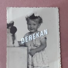 Fotografía antigua: ANTIGUA FOTOGRAFÍA NIÑA CON PELUCHE. FOTO ARBONA. CEUTA. 1954. AÑOS 50. PAJE.. Lote 221706407