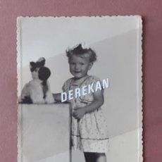 Fotografía antigua: ANTIGUA FOTOGRAFÍA NIÑA CON PELUCHE. FOTO ARBONA. CEUTA. 1954. AÑOS 50. PAJE.. Lote 221706600