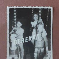 Fotografía antigua: ANTIGUA FOTOGRAFÍA NIÑOS EN UN TIOVIVO. 1957. AÑOS 50. PAJE.. Lote 221710538