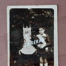 Fotografía antigua: ANTIGUA FOTOGRAFÍA POSTAL NIÑO PRIMERA COMUNIÓN. CIRCA 1930. AÑOS 20 Ó 30. PAJE.. Lote 221822121
