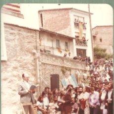 Fotografía antigua: C3.- VICENT ANDRES ESTELLES LLEGINT POESIA - FOTOGRAFIA DE JUNY DE 1978 - PAIS VALENCIÀ. Lote 221928036