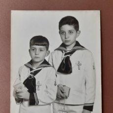 Fotografía antigua: ANTIGUA FOTOGRAFÍA 2 HERMANOS. PRIMERA COMUNIÓN. MIERES. ASTURIAS. AÑOS 60. PAJE.. Lote 222041801