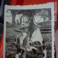 Fotografía antigua: CABALLO JUGUETE NIÑO FOTO PARTICULAR AÑOS 30 APROX 8 X 6 CMS. Lote 222073357