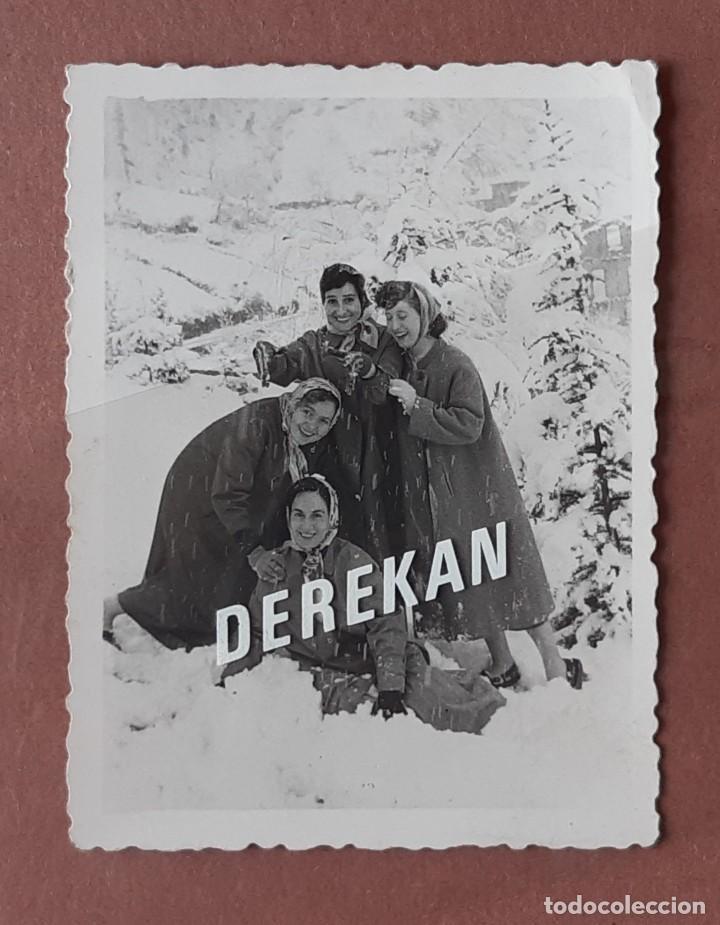 Fotografía antigua: LOTE 4 FOTOGRAFÍAS ENFERMERAS NIEVE HOSPITAL MURIAS. FOTO VEGA. MIERES. 1957. AÑOS 50. TERESA PAJE. - Foto 2 - 222269790