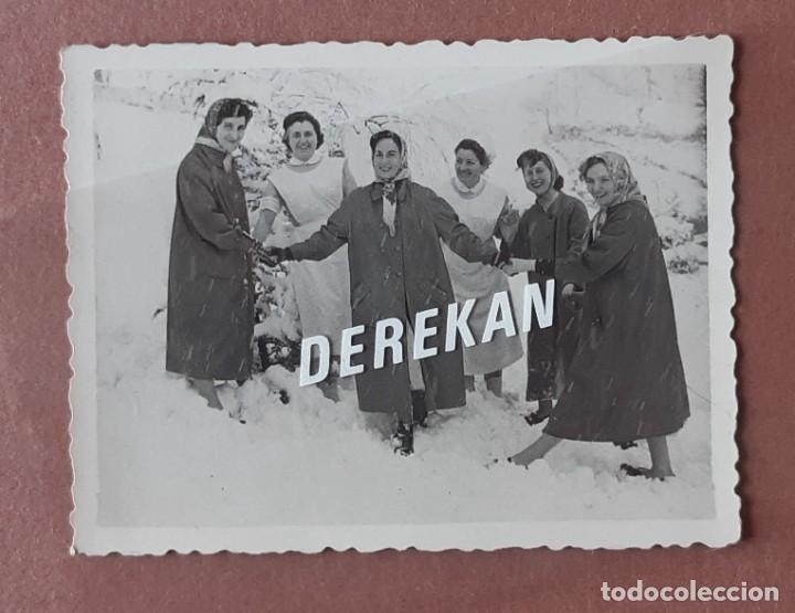 Fotografía antigua: LOTE 4 FOTOGRAFÍAS ENFERMERAS NIEVE HOSPITAL MURIAS. FOTO VEGA. MIERES. 1957. AÑOS 50. TERESA PAJE. - Foto 8 - 222269790