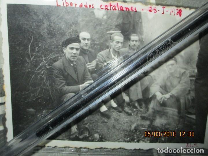 Fotografía antigua: FOTO ORIGINAL LIBERADOS CATALANES 28- I- 1938 EN BATALLA DE GUERRA CIVIL ESPAÑOLA LEGION cataluña - Foto 2 - 121317059