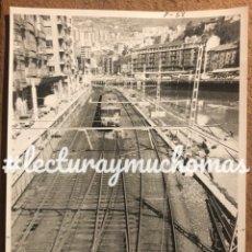 Fotografía antigua: BILBAO, CALLE RIPA TREN ENTRANDO A ESTACIÓN BILBAO LA NAJA. FOTOGRAFÍA EN B/N AÑOS 80.. Lote 225075830