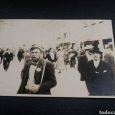 Fotografía antigua: BONITA FOTO BARCELONA HUELGA RAMBLA LICEO MOZO DE CUERDA OFICIOS 1933 REPUBLICA REVERSO TEXTO. Lote 226817757