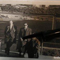 Fotografía antigua: ANTIGUA FOTO FOTOGRAFIA CAMPO DE FUTBOL TARDE DE FUTBOL AFICIONADOS EN EL CAMPO (20-12). Lote 227018420