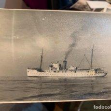 Fotografía antigua: FOTOGRAFIA DE UN BARCO ESPAÑOL CON SU CALDERA EN MARCHA. Lote 228193050