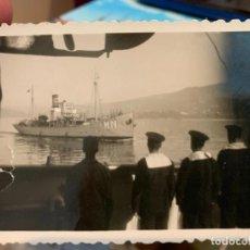 Fotografía antigua: FOTOGRAFIA DE UNOS MARINEROS DESPIDIENDO A OTRO BARCO DEL MUELLE DE ATRAQUE. Lote 228194250