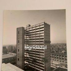 Fotografía antigua: FRANCESC CATALA ROCA FOTOGRAFIA ORIGINAL EDIFICIO CALLE ESCORIAL 1962 BARCELONA. Lote 228737470