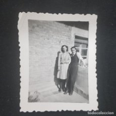 Fotografía antigua: FOTOGRAFIA AÑOS 50-60 LABORATORIOS ANDRADA GUADALAJARA. PAREJA EN PATIO 5 X 6,5 CM. Lote 228933730