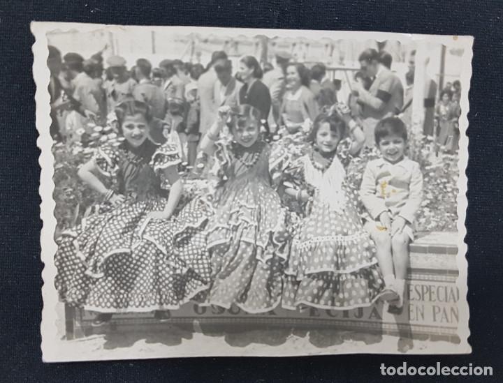 Fotografía antigua: Lote 3 fotografías grupo niñas con traje flamenco, sevillanas, tiovivo, atracción feria (Ecija) - Foto 3 - 234899475