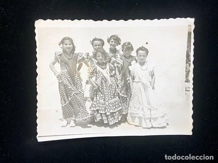 Fotografía antigua: Lote 3 fotografías grupo niñas con traje flamenco, sevillanas, tiovivo, atracción feria (Ecija) - Foto 6 - 234899475