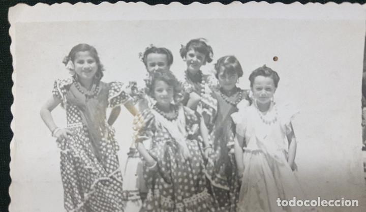 Fotografía antigua: Lote 3 fotografías grupo niñas con traje flamenco, sevillanas, tiovivo, atracción feria (Ecija) - Foto 7 - 234899475