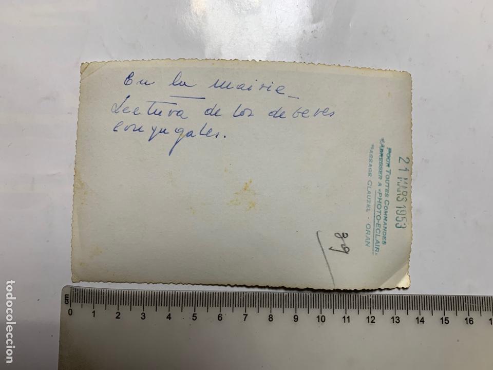 Fotografía antigua: FOTO. NOVIOS EN SU BODA CIVIL. LECTURA DEBERES CONYUGALES. PHOTO-ECLAIR. ORAN. 21 MARZO 1953. - Foto 2 - 234933125