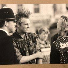 Fotografía antigua: LONDON PUNKS. FOTOGRAFÍA GRAN FORMATO EN B/N DE JOSÉ MADRID SANTURTUN. FINALES 70S.. Lote 235551485