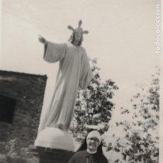 Fotografía antigua: FOTOGRAFÍA MONJA CON CRISTO SAGRADO CORAZÓN. Lote 235843160