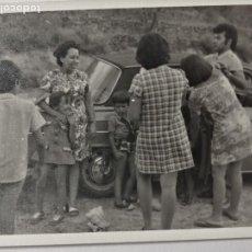 Fotografía antigua: FOTOGRAFÍA FAMILIA CON COCHE ANTIGUO. Lote 235843325