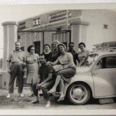 Fotografia antica: FOTOGRAFÍA FAMILIA POSANDO CON COCHE. Lote 235846995