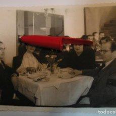 Fotografía antigua: ANTIGUA FOTO FOTOGRAFIA COMIDA SOBREMESA COMIDA MERIENDA EN EL CAMPO (21-1). Lote 235853515