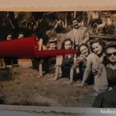 Fotografía antigua: ANTIGUA FOTO FOTOGRAFIA MERIENDA EN EL CAMPO CON EL DOBLE DE GROUCHO MARX (21-1). Lote 235853810