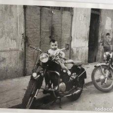 Fotografía antigua: FOTOGRAFÍA BEBE MOTORISTA. Lote 235853830