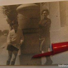Fotografía antigua: ANTIGUA FOTO FOTOGRAFIA JUNTO A UN BUZON DE CORREOS (21-1). Lote 235854045