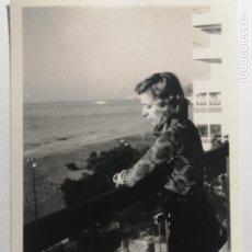 Fotografía antigua: FOTOGRAFÍA SEÑORITA EN EL BALCÓN COSTA ALICANTINA. Lote 235854465