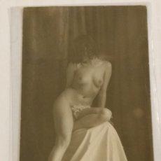 Fotografía antigua: FOTOGRÁFICA DESNUDO FEMENINO TAMAÑO POSTAL.. Lote 235951030