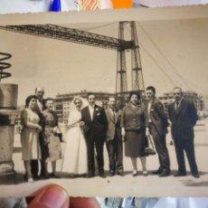 Fotografía antigua: FOTOGRAFÍA RECIÉN CASADOS ACOMPAÑADOS DETRÁS PUENTE COLGANTE DE PORTUGALETE VIZCAYA AÑOS CINCUENTA. Lote 236011725