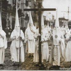 Fotografía antigua: SEVILLA-SEMANA SANTA-CRUZ DE GUIA Y NAZARENOS DE LA HEMANDAD DE LOS NEGRITOS-AÑO 1954. Lote 236208425