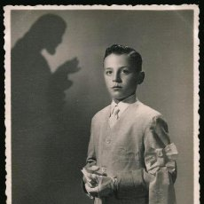 Fotografía antigua: 05 - PRIMERA COMUNION / NIÑO JUNTO A JESUS SURREALISMO - FOTO POSTAL 1940'. Lote 236236875
