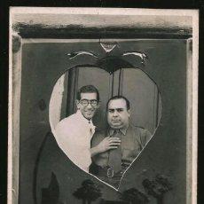 Fotografía antigua: 10 - HOMBRES JUNTOS EN UN CORAZÓN ( FONDO FOTOGRÁFICO SURREALISTA ) - FOTO POSTAL 1940' GAY INT. Lote 236239035